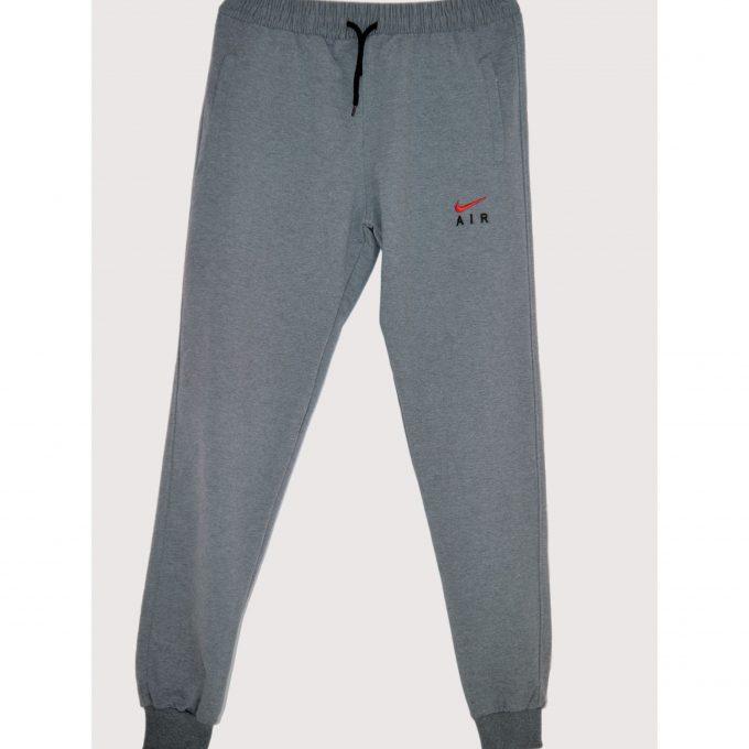 Bild von einer Jogging-Hose der Marke Nike in grau. Mit elastischen Bund an dem Saum und den Beinen. Ersichtlich ist die schwarze Schnur am Bund und das Nike Logo am linken Obersenkel. Unterhalb steht das Wort AIR. Second HAnd Ware fürs Projekt Carla Caritas Steiermark
