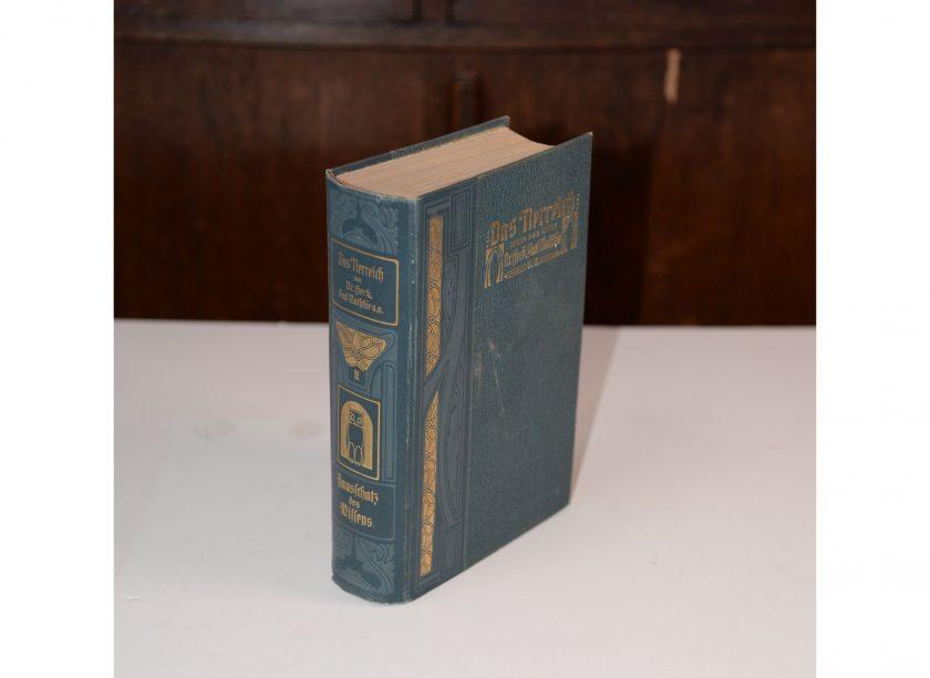 Bild vom Buch: Das Tierreich von Dr. Heck und Paul Matschie aus dem Jahre 1897. Band II mit gruenem Hardcover. Hausschatz des Wissens. Projekt Carla Styria