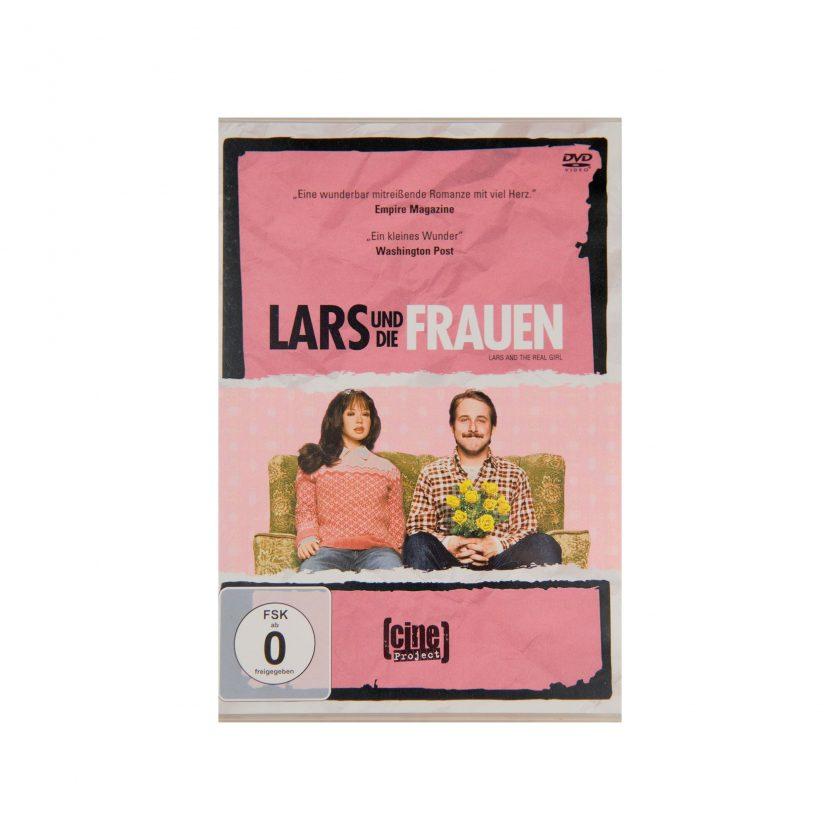 BIld von DVD: Lars und die Frauen. Auf das Cover: Ryan Gosling sitzt auf die Couche neben einer Puppe. Hintergrund Farbe: rosa. In der Hand hält er gelbe Blumen. Gebrauchte DVDs - Projekt Carla Styria
