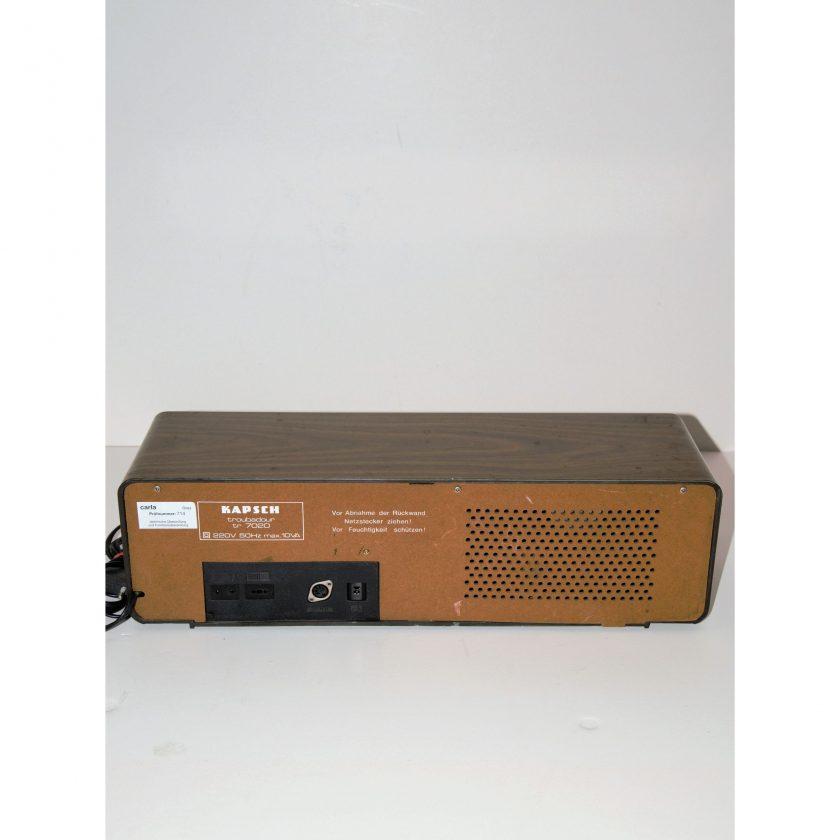 Bild von Radio Troubadour TR- 7020 Kapsch. Dimensionen B/H/T: 50,5/15/15cm. Gehäuse aus Thermoplast in braun. FM und AM Anzeige in gruen. Projekt Carla Styria