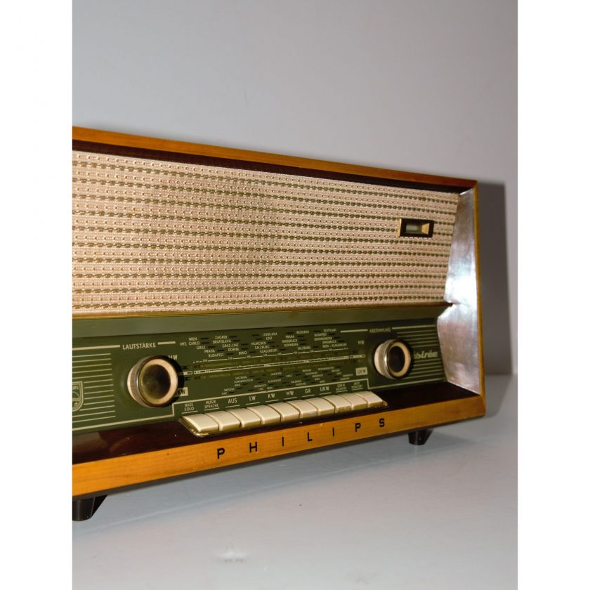 Radio Philips Desirée B3A23A/00. Gehäuse aus dunklem Holz, hochglanz. Dimensionen: 475 x 253 x 208 mm. Gebrauchte Ware - Projekt Carla Styria