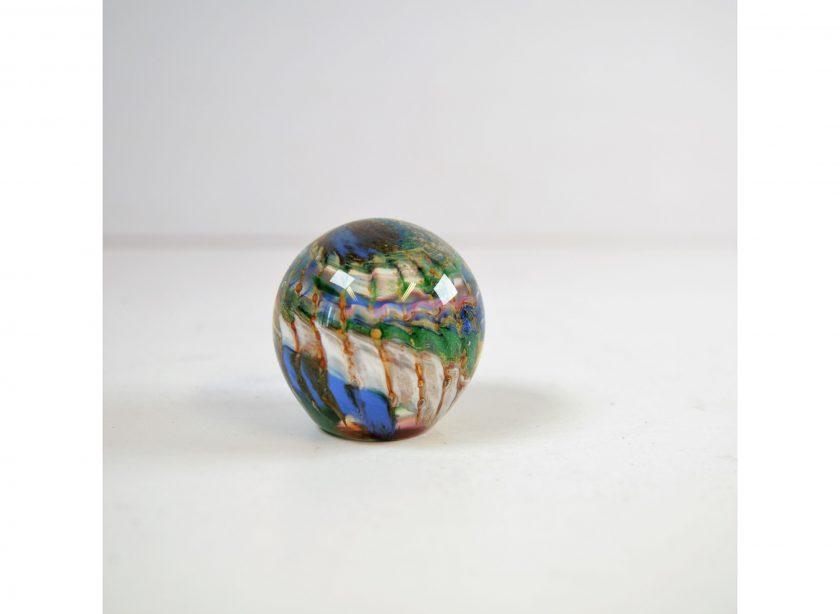 Bild von einer Traumkugel - Briefbeschwerer. Traumkugel mit schönem Muster im gruen, blau und weiß - Glasbläserkunst. Projekt Carla Styria