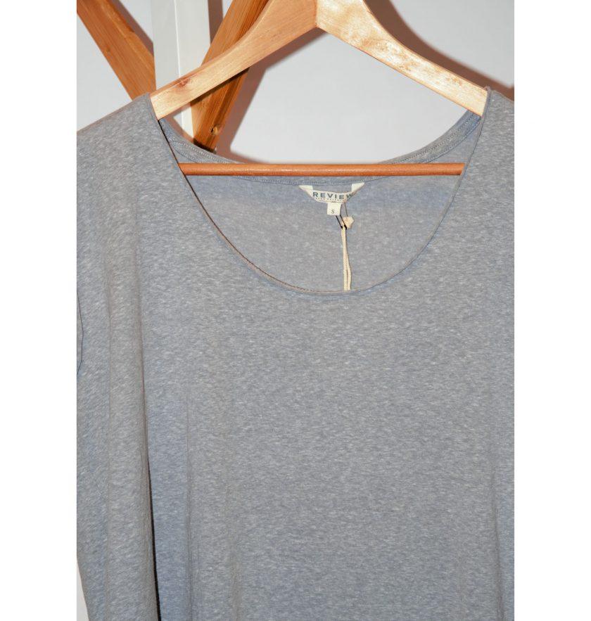 Bild von einem T-Shirt fuer Damen oder Herren. Marke: Review. Unisex aermellos Tshirt in grau. Offen verarbeitete Abschluesse. Neue Ware - Projekt Carla Styria
